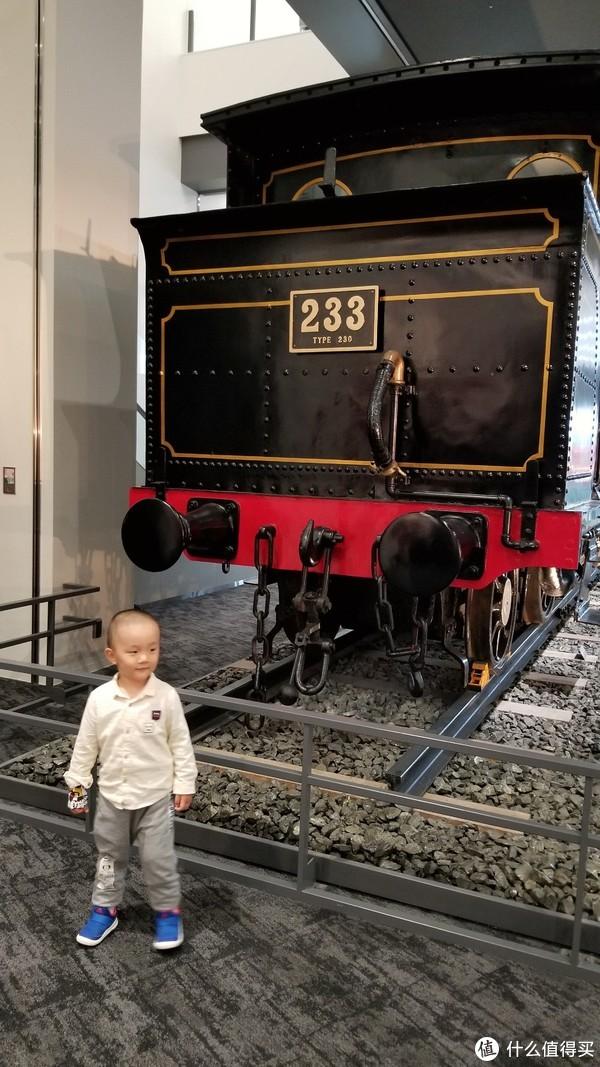 蘑菇宝宝进来开心的要和所有的火车都合影