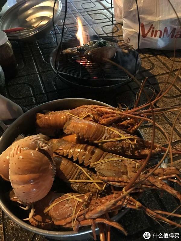 回酒店的路边会有很多卖这种龙虾的,平均在人民币50多块钱吧。因为吃太饱了,我就没尝。