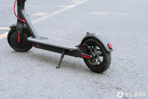 ▲8.5寸的充气胎显踏实安稳,小巧的脚踏支撑角度刚刚好,碟刹盘安装顺序正确,不像官网宣传图那样错误。