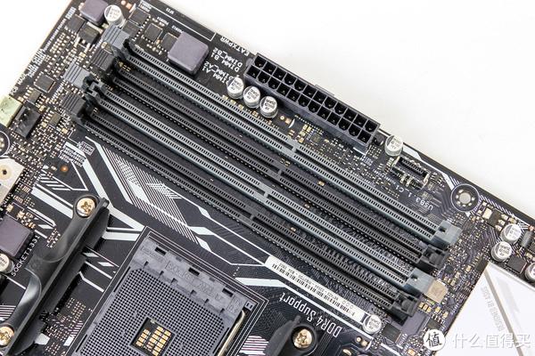 内存插槽,4条DDR4,AMD平台要注意,与intel不一样的地方是先要装远离CPU的两条双通道,否则开不了机