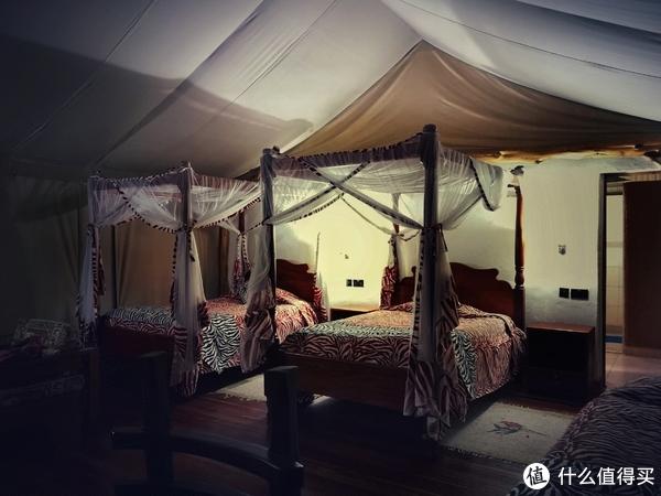 室内两张单人床+一张按摩床,后面部分是淋浴间+梳妆区+洗手间。