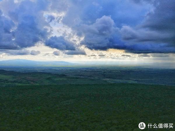 图中山下面的那一片都是东非裂谷带,有点像山谷中的一片平原了。