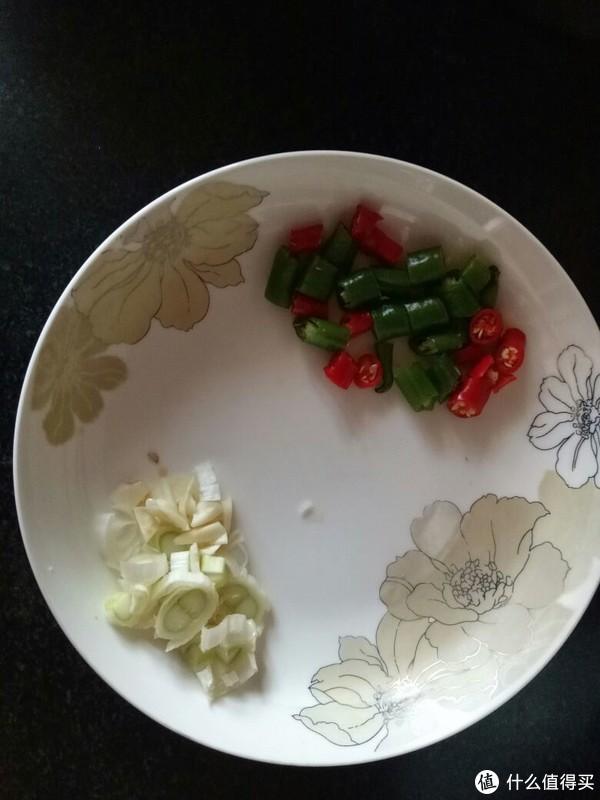 葱蒜切碎,红绿椒切小段