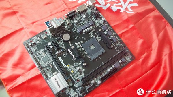 这块主板采用了7相数字供电,两个DDR4内存插槽一个M.2的SSD插槽。该接口支持SATA36Gb/sM.2模块并兼容华擎U.2Kit,可连接U.2PCIeGen3x4固态硬盘。电源接口上采用了24+4p的模式,想来用户也不会使用这块主板搭配6核 8核cpu。