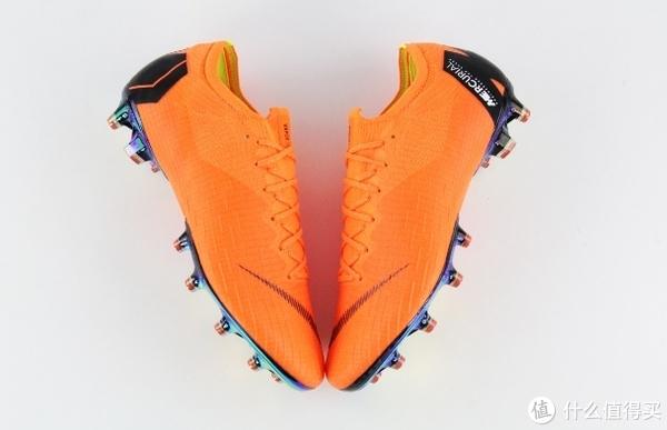 内马尔穿的是耐克mercurial vapor 360(和CR7的战靴是一个系列)据说世界杯小组赛之后会推出全新的内马尔专属vapor 360