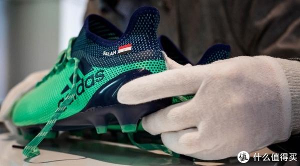 萨拉赫的战靴也是三道杠,X17,为了纪念萨拉赫本赛季的丰功伟绩,阿迪达斯甚至将一双萨拉赫的X17足球鞋放到大英博物馆