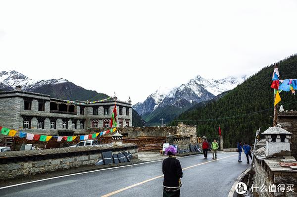亚丁村的各种住宿的旅店,上面基本上也没啥太正常的饭店啥的,吃的喝的也都比较简单。海拔已经很高了。
