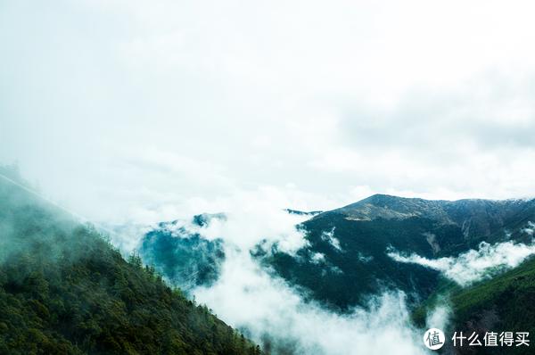 下山中,云雾缭绕。