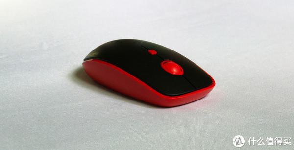 鼠标的配的滚轮和一个功能按键:滚轮这个就不用说是滚动的作用,中间这个红色功能按键是用来调节鼠标的速度也就是游戏鼠标中的DPI(800/1200/1600三个档次调节),这个我蛮意外的对于我这种用惯了高DPI的人用普通的鼠标我会觉得很慢不习惯,这个调到1200-1600我觉得差不多。