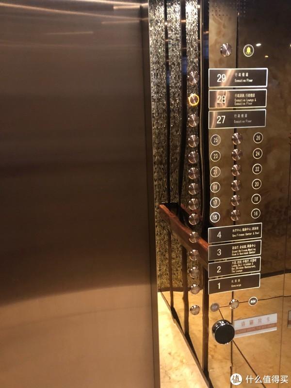 29楼,行政楼层在27-29,酒廊在28楼,上客房楼层需要刷卡