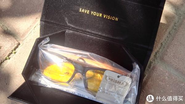 打开眼镜盒,塑料袋包裹着黄澄澄的F704防蓝光眼镜,耀眼那!而眼镜盒黑色绒布内里中间一串黄色英文也是想看不见都不行,这是一次又一次的反复强调,还是赤果果(裸裸)的心理暗示?无论哪样,显然PRiSMA普利索是要将产品的护眼功能深深的烙进用户的心底啊!