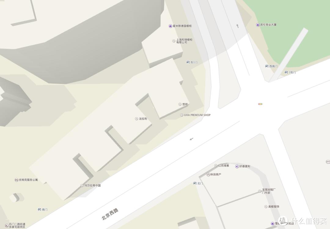 十字路口左側,汽車店跟悠哈旗艦店