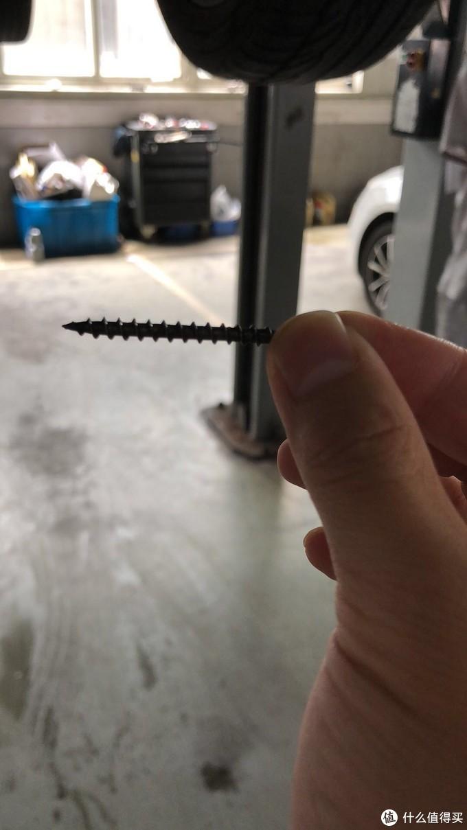 车抬起来发现右后轮斜插了这么长一个钉子