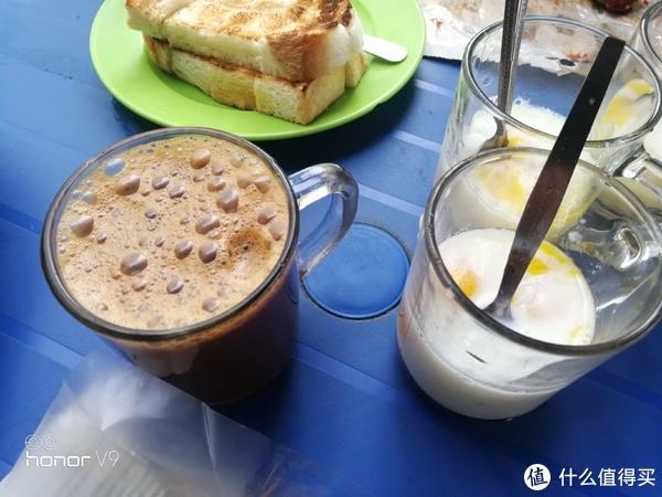 印度早点,左下角是拉茶。左上角是烤面包,蘸白糖和右边杯子里的鸡蛋。感觉鸡蛋是半生的,面包蘸着吃了以后剩下的再喝掉。得适应
