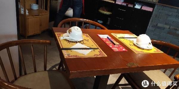 大堂基本上都是这种两至三人小桌子,也有四人桌。