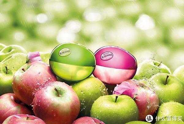 DKNY Be Delicious,采用经典的50ml苹果造型的瓶身与纸盒包装,纸盒包装上融合花果图案与水滴清露设计,呈现多汁淋漓的效果,而苹果的瓶身与真苹果无异,另外根据香氛不同呈现出绿苹果、粉苹果、红苹果等颜色各异的苹果瓶型。在其诱人的外表下隐藏着同样诱人的气味。科技的进步,人们审美的提高,使得越来越多的品牌商家寻求更为经典的香水瓶型。
