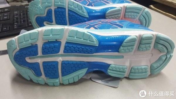 鞋底,每一块,花纹十足。横竖斜各种花纹,提高摩擦,增加跑步快感。。。等等,我怎会想到快感,好污好污。😋😋😋😋