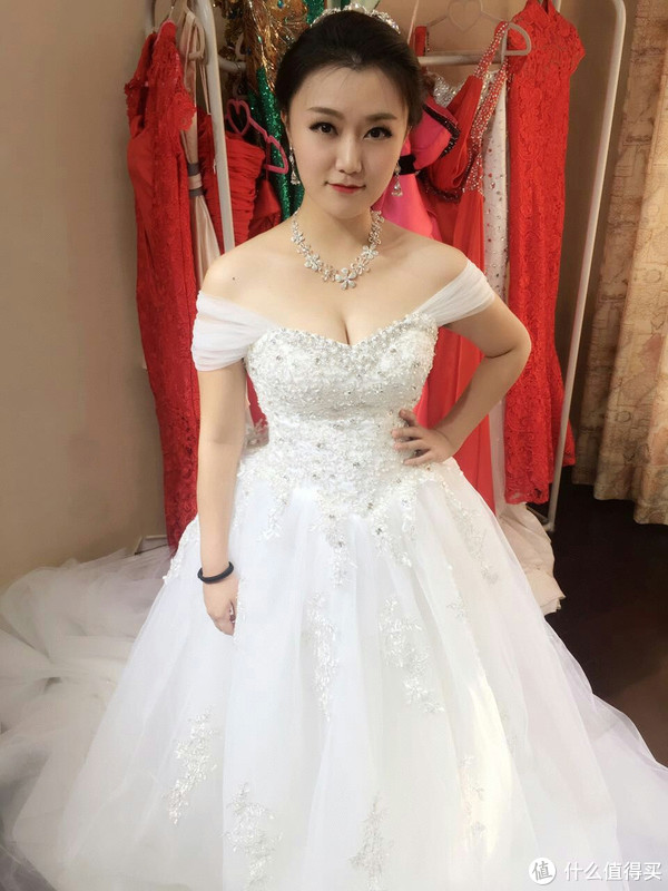 婚纱同理 一字肩的款式能遮盖胳膊的肉肉(忽略这款婚纱版型不好以及拍照的问题)