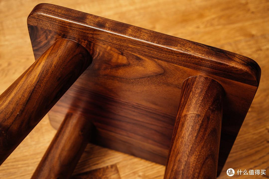 木腿和坐板的连接也比较干净利落,工艺上没有什么太大的缺点。