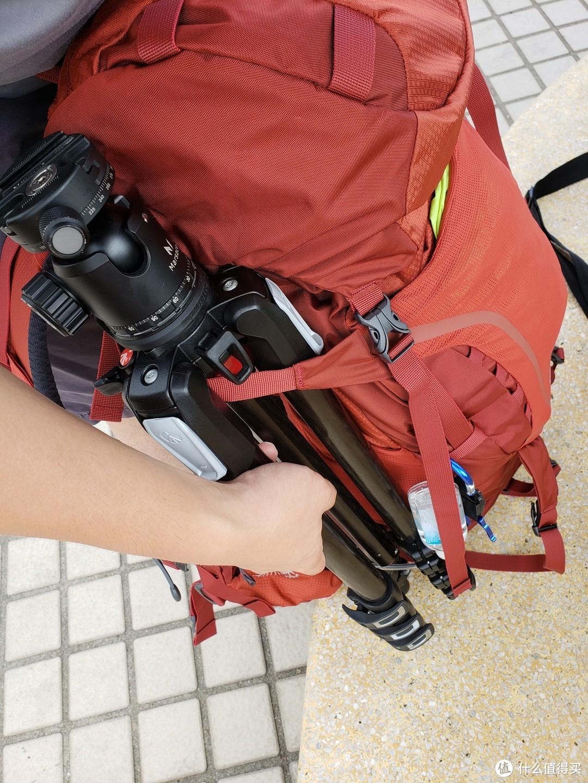 ▲包的右侧下方有一根透明的束带,原本是用来挂登山杖的,实践证明也很适合用来挂三脚架。