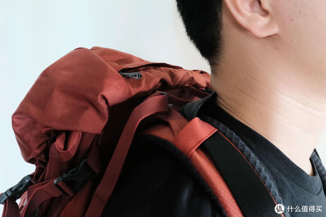 ▲背上后相机的重要重量都压在了背包上了,减轻了颈部压力。