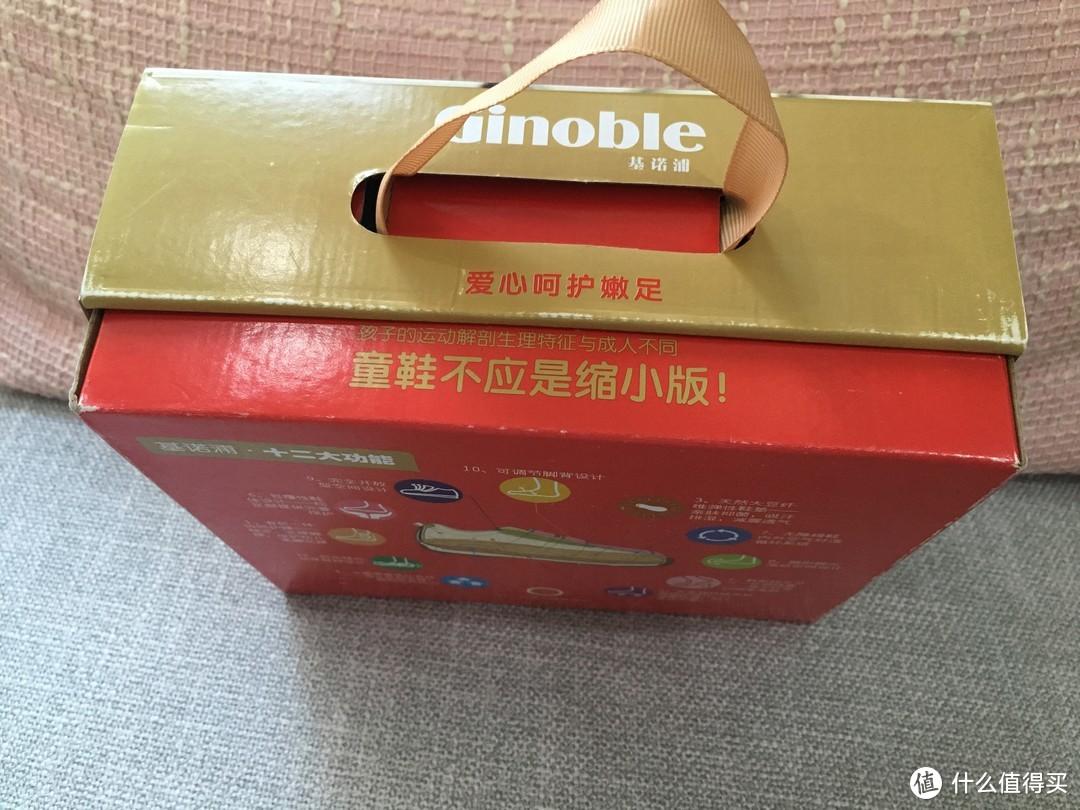 鞋盒的侧面有一个简单的小提手,买来送人提着既美观又方便。包装设计的细节好感度+1