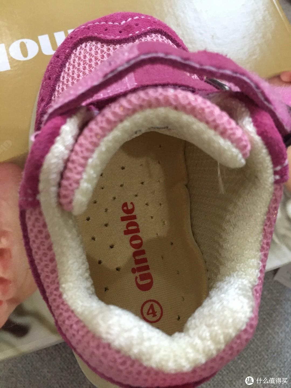 鞋垫没有拿出来,近距离的拍一张,能够看到有不少透气孔。据介绍鞋垫是利用大豆纤维材料做成的,能够排汗吸湿,健康环保。另外可以看到脚后跟处有加厚的设计,能够解决宝宝容易磨脚的问题。