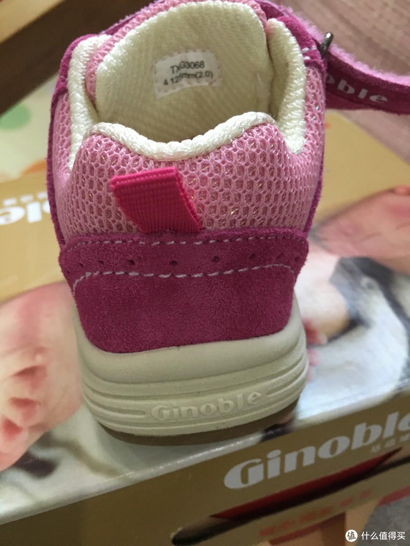 鞋后跟大图,鞋舌背面的也是织物海绵,标签有型号大小。