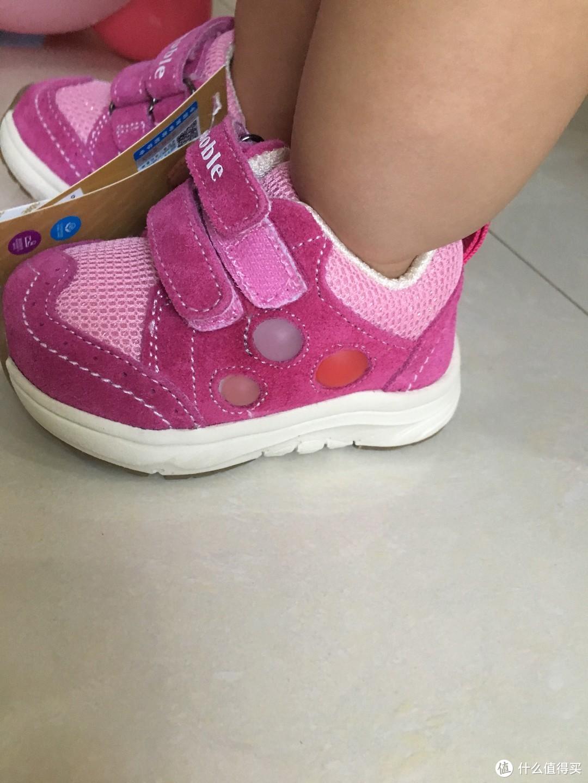 不得不说设计的非常好,正好把宝宝的脚完整的包裹住,不松不紧。