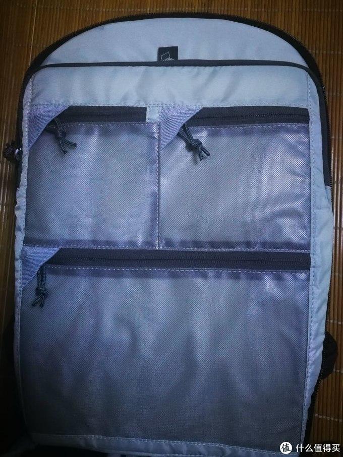 做工精致的附件袋,都有拉链收纳角,防止划伤器材,不过摄影包基本都是这么设计