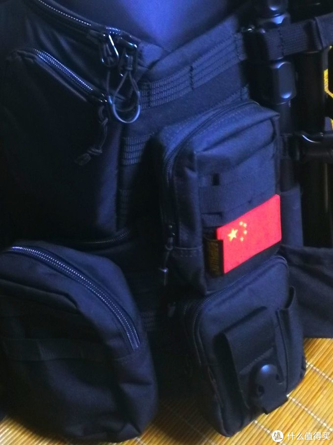 左侧加挂附件包,正面加挂附件两个小包
