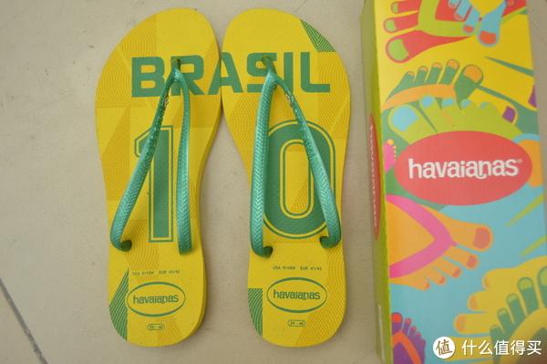 可以看到,左右两只拖鞋大底上面的图案。刚好组成一幅完整的BRASIL 10号图腾。