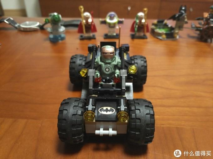 还有个蝙蝠车,钢铁侠客串驾驶员。其实是不舍得老爷的斗篷被压了。