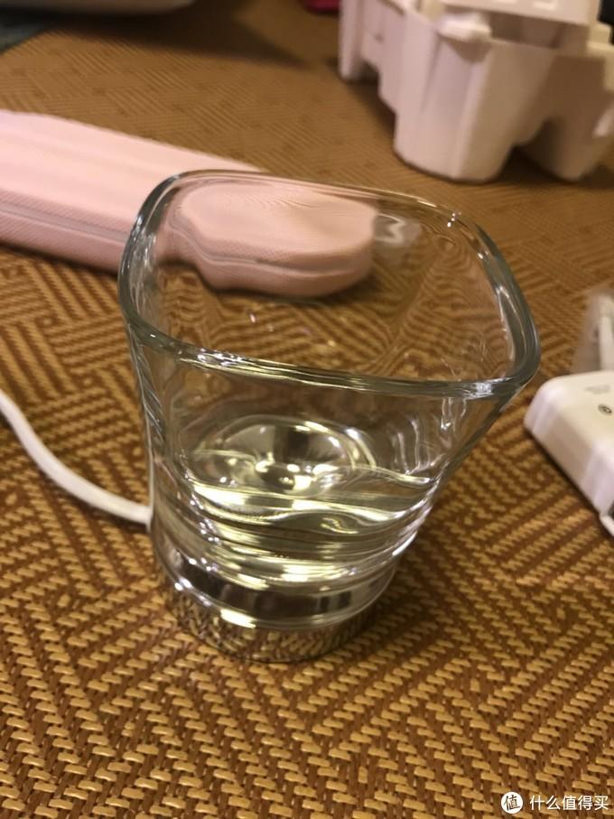 非常讨巧的设计,玻璃杯其实就是普通玻璃杯,底部凹陷进去可以和底座重合,达到无线充电的效果,以前还以为无线充电杯的关键在于杯子呢。