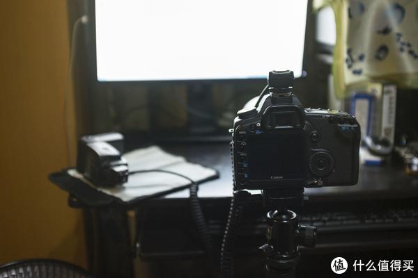 ▲这就是其时拍照的环境,反面的显示器我也弄满足白当作一个补光器。