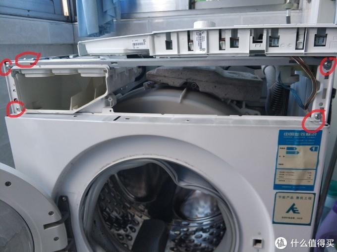 拆除两颗洗衣机面板螺丝。