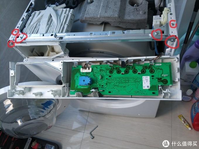 卸掉操作面板6颗螺丝,T20工具。拆除洗衣机横梁支架。