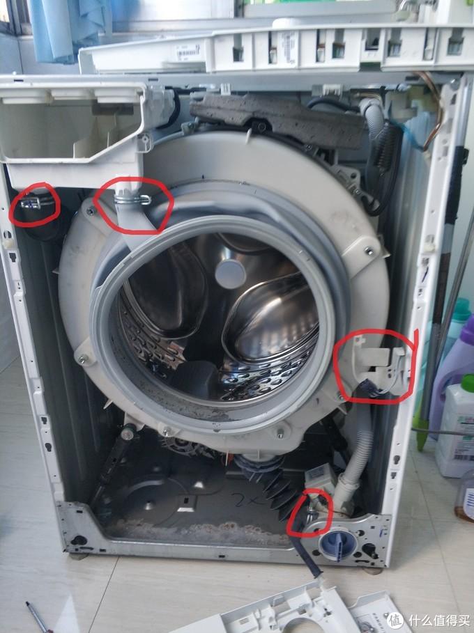 注意此图中间的红框,有一个黑色插头是从洗衣机面板上面拔下来的,刚刚拆面板的时候记得就要把此插头拔出。还有一根黑色的紧急拉绳。还有就是把此图中另外三个水管夹箍松开,最好用鲤鱼钳,实在不行就用大号老虎钳即可。
