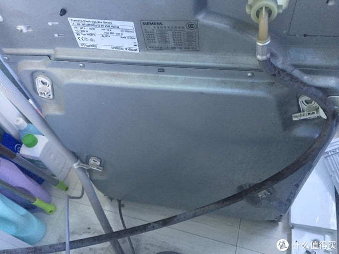 接下来,就要打开洗衣机后盖了,螺丝多的要死,最好用电动钻头。