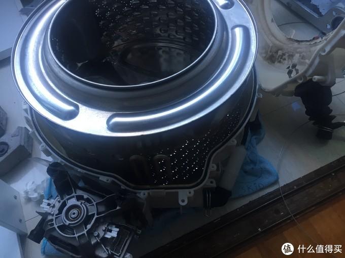 看到连接在下壳上的电机了吗?放在地上用抹布垫一下。上壳拿掉后露出不锈钢内胆。