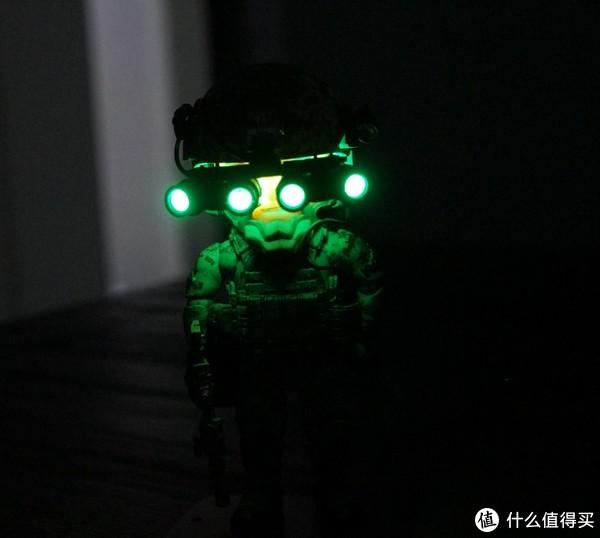 依然是亮闪闪的夜视仪,因为夜视仪物镜是透明的所以看起来夜视仪变成了两头亮了。