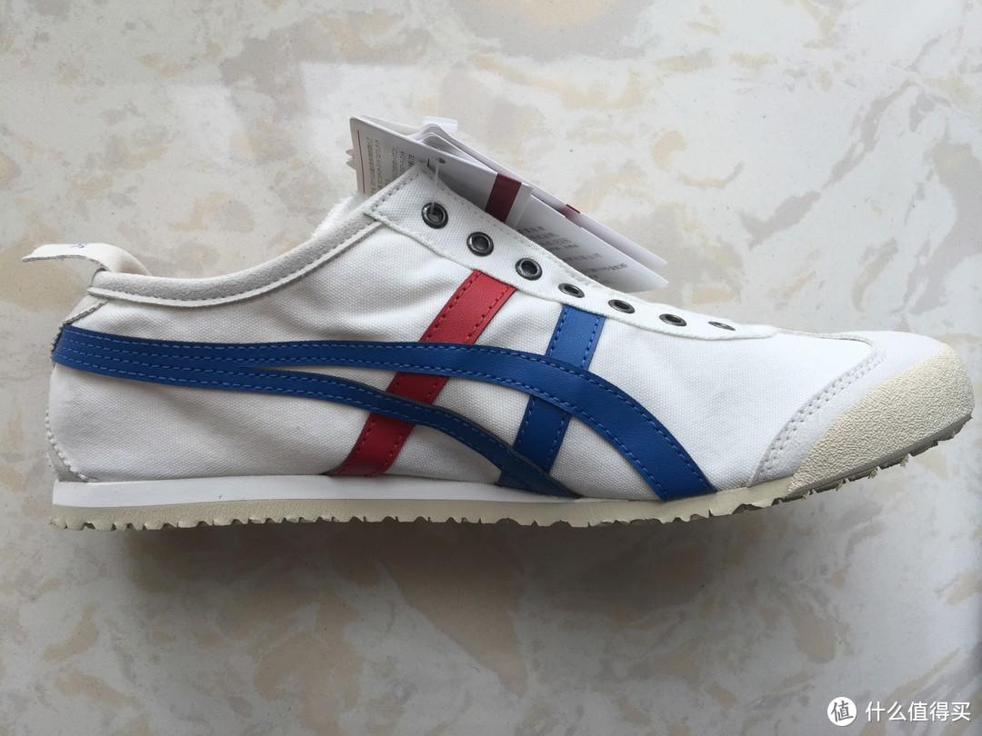鞋子后跟有一小块合成革鞋带,方便穿脱