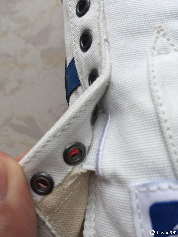 无系带设计,是靠鞋舌下方这个弹性松紧带固定
