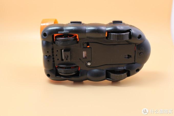 气垫船的底部,可以看到还可以放电池,下面还有个按钮,按下就可以放音乐、闪灯。
