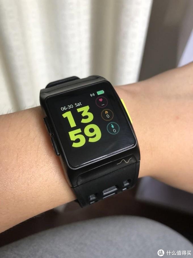 表盘显示心率、卡路里数量、站立时间、WiFi连接状态、消息及电量