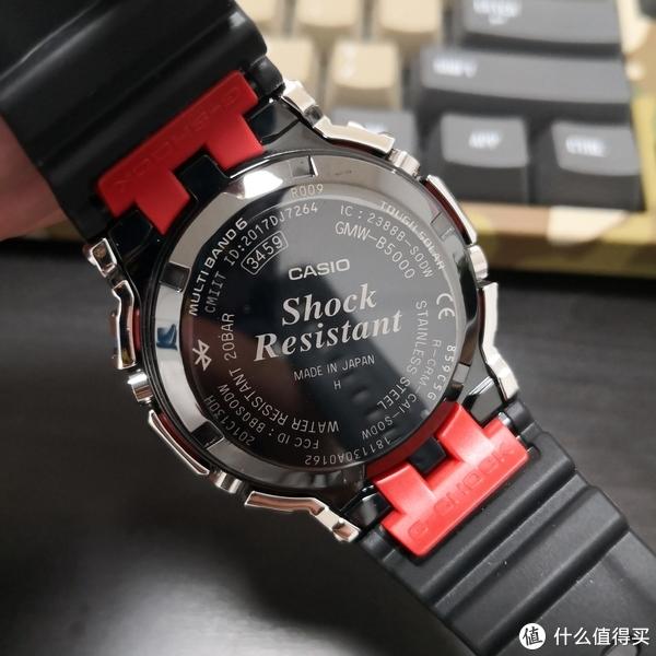 表背的样子,跟GW-5000相比多了不少刻字,两片凸印着G-SHOCK字样的红色桥接片非常惹眼!