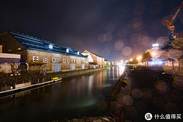 在河对面拍摄同一栋建筑