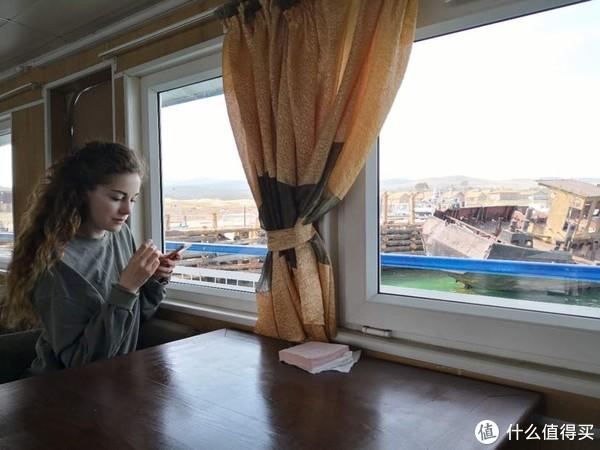 坐船出湖遇到的漂亮的美国小哥哥,她是莫斯科某大学的老师,非常友好,她说她也需要签证,问我们中国人需要吗……我说我们需要,那两个香港人不需要