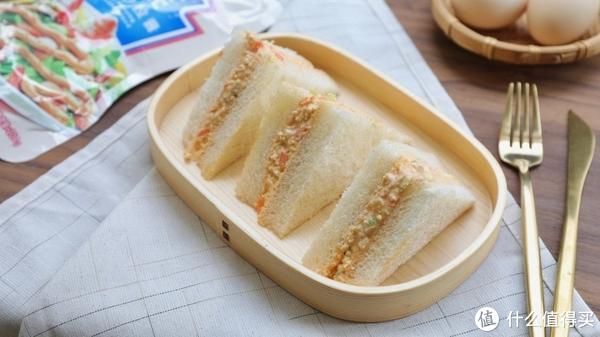 Freesiaa Made 篇七十三:3道能帮你撑场的早餐、出游小餐食~【三文鱼饭团、吐司pizza、鸡蛋沙拉三明治】