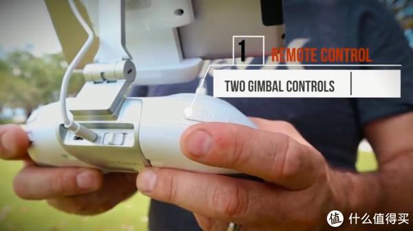 在遥控器的背后,有两个云台控制钮,一个控制上下移动,一个控制左右移动。